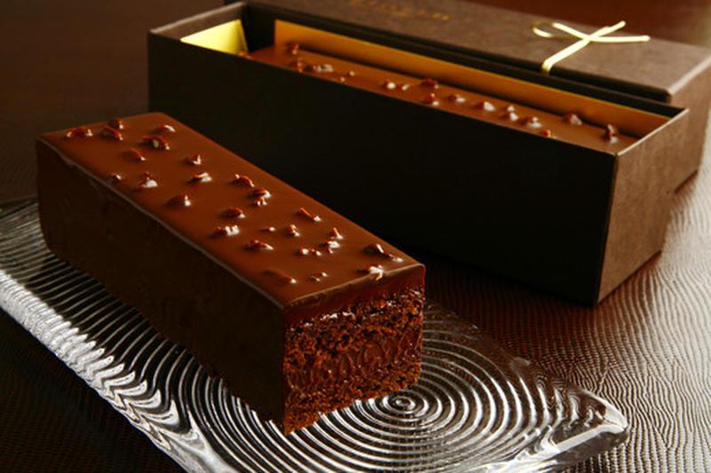 最高品種のカカオの味を楽しめる、シンプルなチョコレートケーキ。やわらかくとろけるようなガナッシュと、...