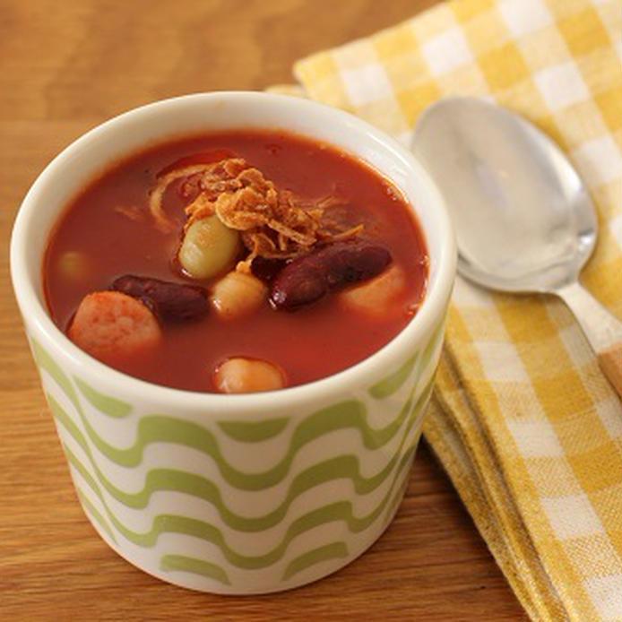 カップに入ったソーセージとミックスビーンズのチリトマトスープ