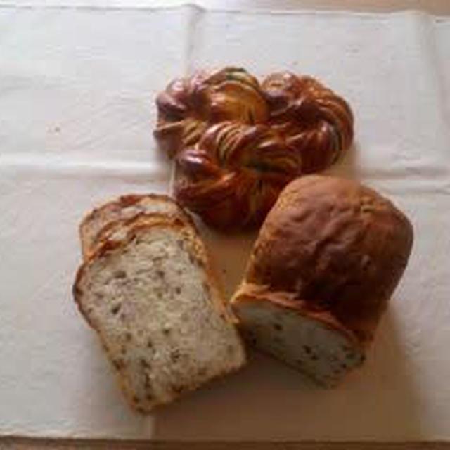 話題の「もち麦入り食パン」と「ねじりよもぎあんパン」