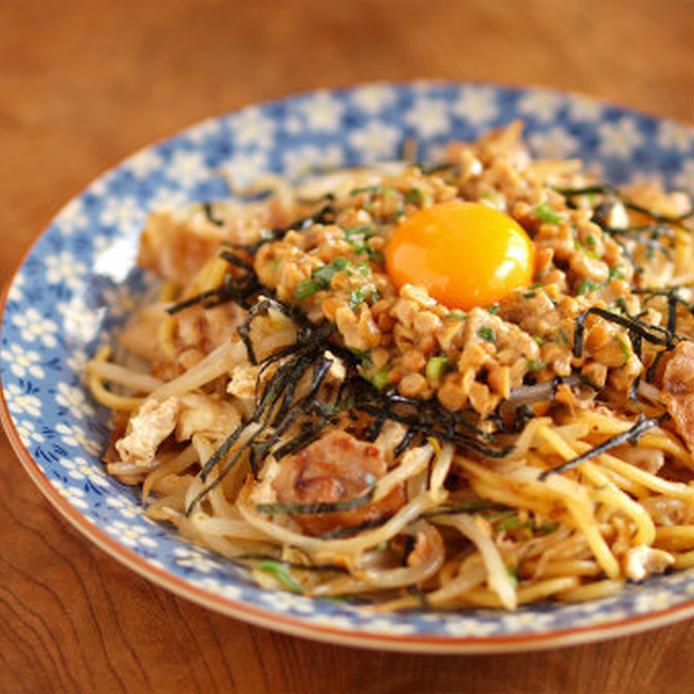 一度食べたらクセになる!納豆焼きそばの基本レシピ&アレンジ3選の画像