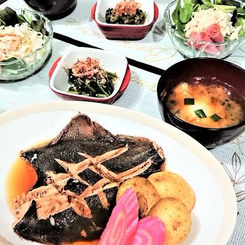 【おうちごはん】レンチンde簡単・時短!【カレイの煮魚de和食なごはん】。息子のたくましい上半身
