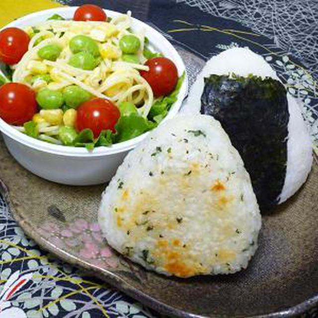 チーズ焼きおにぎり&鮭おにぎりとパスタサラダ弁当