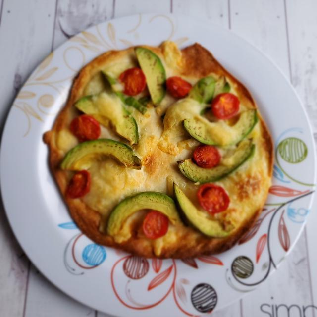 簡単アボカドとトマトのピザ