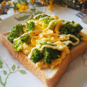 鮮やかで食べ応えアップ!「ブロッコリートースト」5選