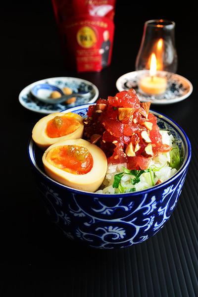 グルメしょうゆとアーモンドまぐろの漬け丼 レモンパセリ飯し めんつゆ漬け半熟卵