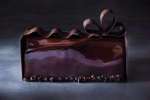 リボンがあしらわれたスタイリッシュな佇まいのこちらのケーキは、ティラミス風ブッシュ ド ノエル。ティ...