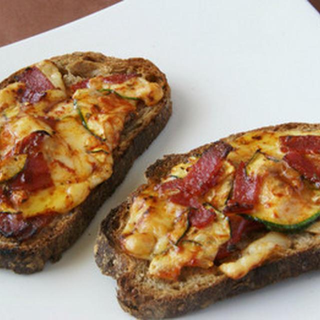 ズッキーニとサラミのピザ風トースト