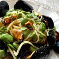 ブラックペッパーをきかせたムール貝とそら豆のスパゲッティ