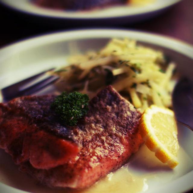 鮭のムニエルとじゃがいも炒め。