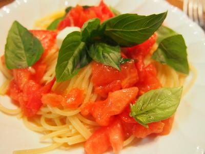 温かいフレッシュトマトとモッツァレラチーズのパスタ