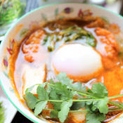 さつま揚げと温玉のトムヤムスープ