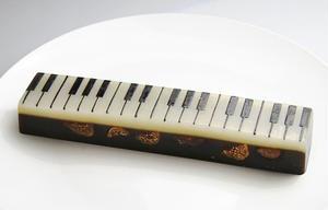 白と黒の鍵盤模様が素敵な、ハイカラ和菓子「ジャズ羊羹」。中には、ワインに漬け込んだ2種のドライイチジ...