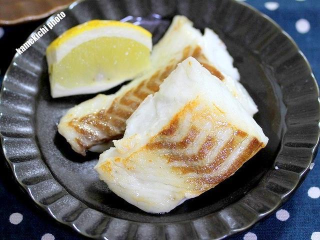 黒いお皿に盛りつけた鯛の塩焼き