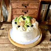 誕生日 #バースデーケーキ 白桃のコンポートとメロンのケーキ