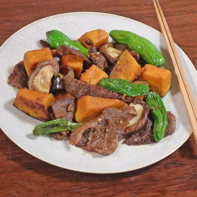 こってり香ばしい 牛肉と夏野菜のガリバタ醤油炒め