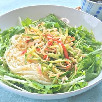 減塩&糖質オフでヘルシー!キュウリとカニかまサラダと水菜の素麺。