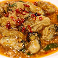 牡蠣の豊潤な旨味と麻婆豆腐風のピリ辛の挽肉ソースがとても合う 牡蠣の辛味煮込み
