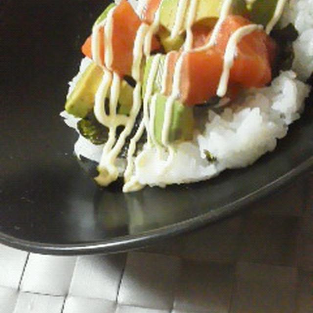 サーモンとアボカドのマヨナムル丼