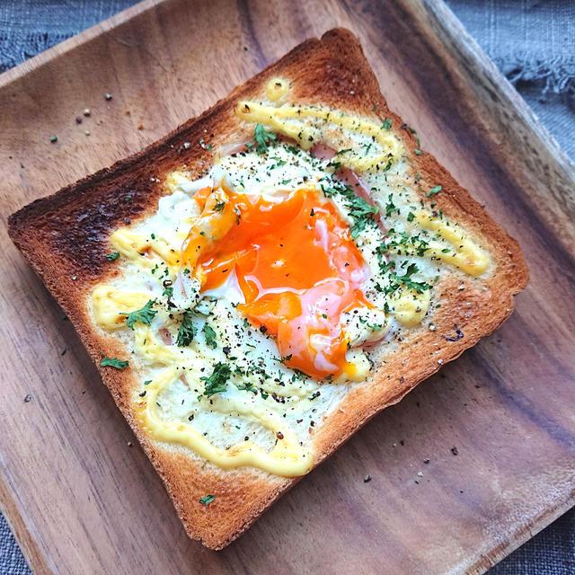 トースターで簡単♪食パンにハムと卵とマヨネーズをのせて焼くトースト(コツあり)