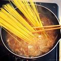 炒めた玉ねぎとスパゲティをコンソメスープ煮込むだけの「オニオングラタンスープスパ」がオニウマ死!!