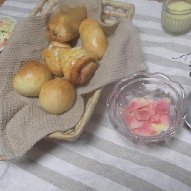 キャベツと海老のココットと夜中に作ったパンたち