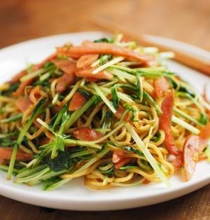 ウインナーと水菜の塩焼きそば、筋肉料理人の賄いレシピ