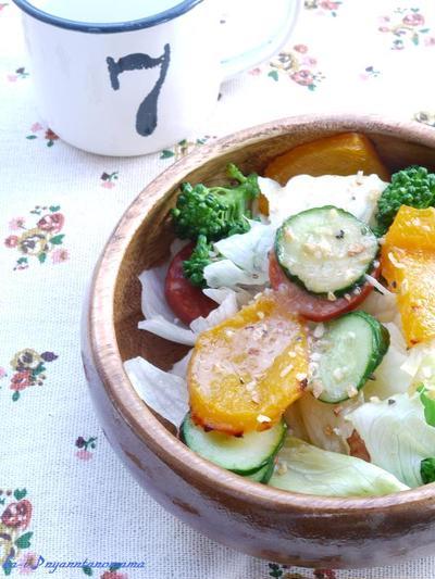 <ハウス香りソルト《ガーリックオニオン》で焼き黄ピーマンと野菜のサラダ>  にゃん太パパの<牛すじハヤシライス>