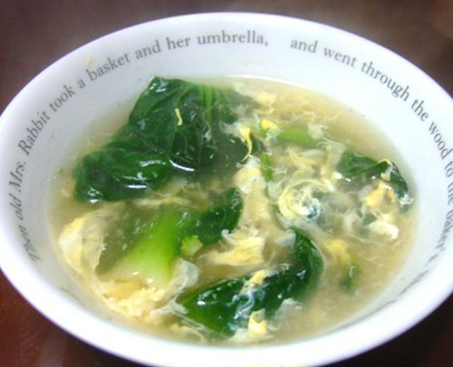 スープカップに注がれたタアサイと卵たっぷりのスープ