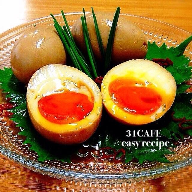 透明なお皿に盛られた半分に切られた煮卵