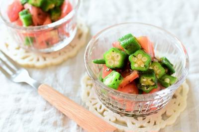夏野菜を食べよう!トマトとオクラのバジルマリネ