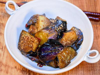 サッと炒めてさっと煮て食べる ご飯が進む「茄子の炒め煮」&卵必須のどん兵衛汁なし牛すき焼き風うどん