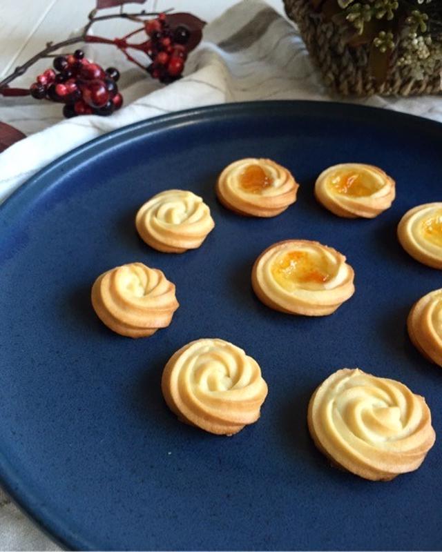 青の皿に盛られたクリームチーズのクッキー