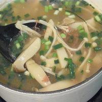 コンビーフとキノコの白出汁スープ