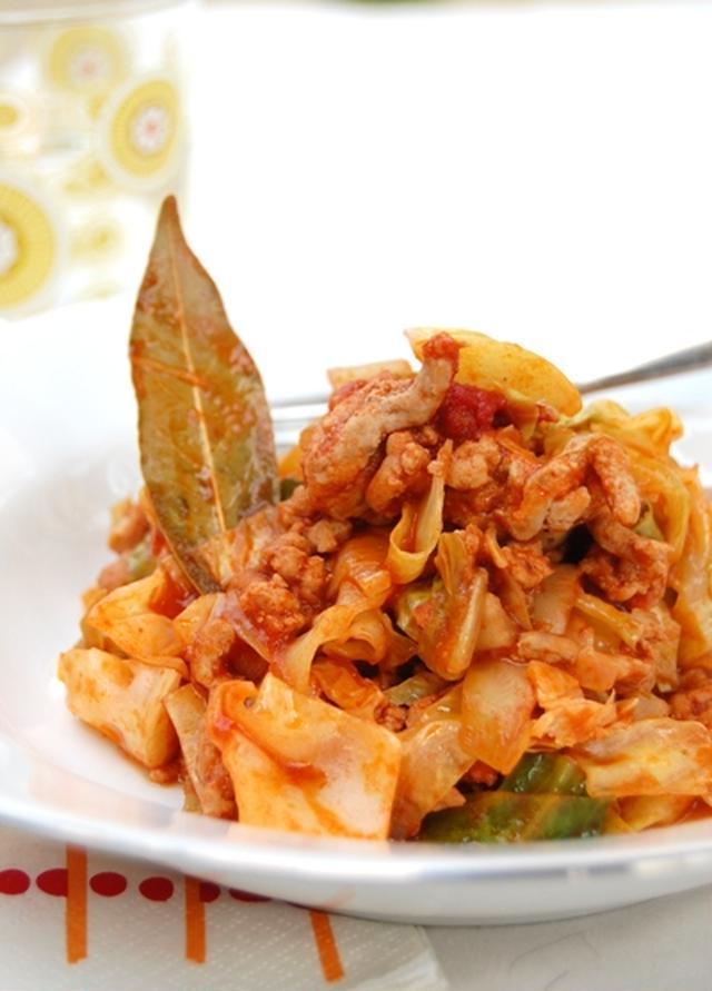 トマトピューレを使った豚ひき肉、キャベツの炒め物
