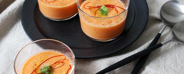 涼しげグラスでおいしさ倍増!?夏野菜とブレンダーで作る簡単「冷製スープ」