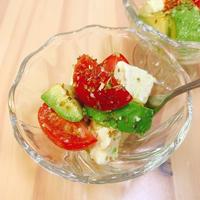 とまととアボカドのカプレーゼ風サラダ
