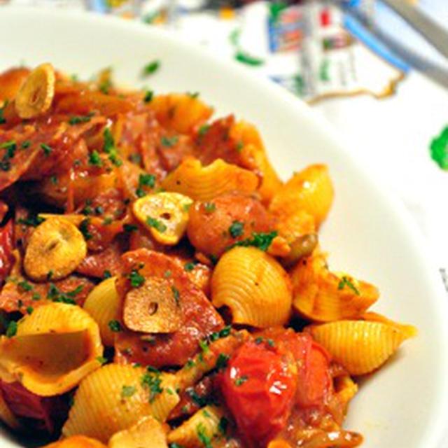 サラミとソーセージのトマトソースパスタ