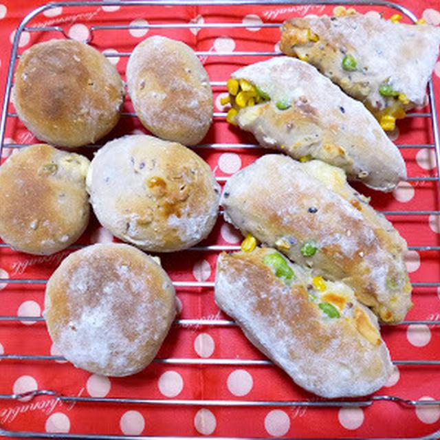 【塩麹5gのパン】ごはんと炊くタイプの雑穀を入れた生地で、豆腐クリームパン など
