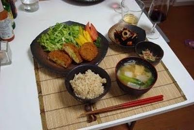 コロッケ、ひじきの煮物、きゅうりの梅肉和えとお味噌汁(Croquettes, Boiled and Seasoned Hijiki Seaweed, Cucumber with Pickled Plums, and Miso Soup)
