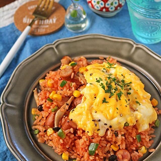 炊飯器に材料入れるだけ!トマトジュースで濃厚ソーセージのトマトピラフ
