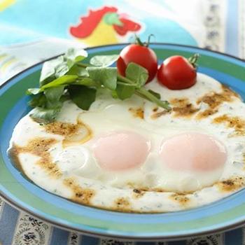 世界三大料理の一つ「トルコ料理」の伝統的ヨーグルト料理チュルブル風目玉焼きのレシピ/作り方