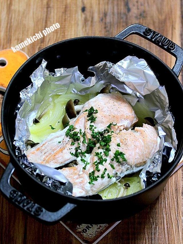 ストウブ鍋に入った鮭としめじの蒸し焼き