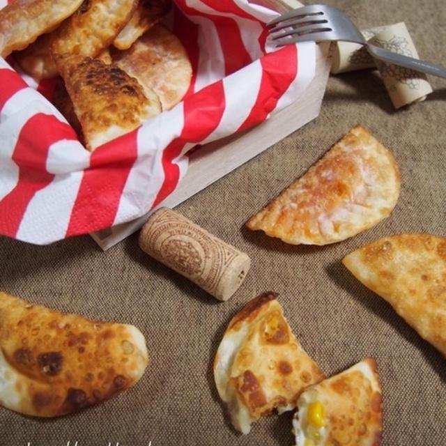 包んで焼くだけ!つまみやおやつに♪餃子の皮deマヨマヨコーンチーズ&ケチャチーズ♪