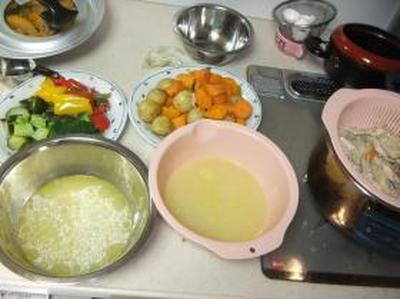 コラーゲンたっぷり、野菜の旨味ぎっしりスープのシチューとカレー