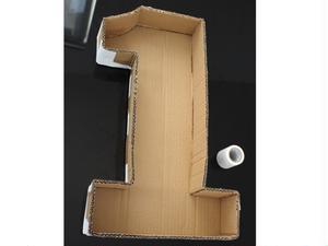 ③裏面用の段ボールを貼り合わせて「1」の片側を作ります。<br>