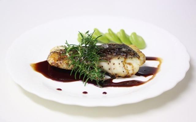 黒鯛のバルサミコ・ソースがけ、ローズマリー、そら豆