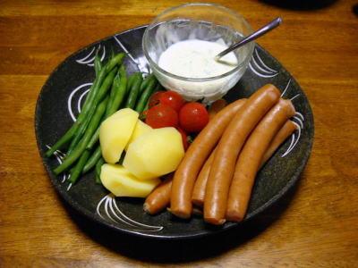 ソーセージとゆで野菜のスパイシーソース