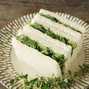 具材はこれ1つ♪塩でもんで挟むだけ!簡単「きゅうりのサンドイッチ」しゃきしゃき感が最高〜