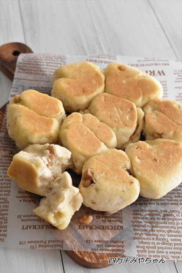 英字ペーパーの上に盛られた塩ちぎりパン