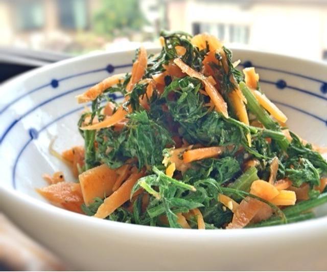 おかずもサラダも絶品!捨てずに食べたい人参の葉レシピ10選